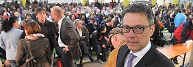 Lösung gefunden? Insolvenzverwalter Arndt Geiwitz (r.) bei einer Betriebsversammlung im März.