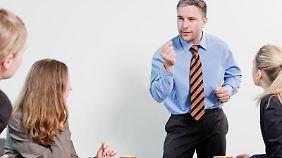 Kollegen lassen Aufschneider am besten mit beharrlichen, sachlichen Nachfragen ins Leere laufen.