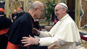 Bertone (l.) bei Papst Franziskus.