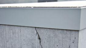 Metallmanschetten sollen die maroden Betonstelen zusammenhalten.