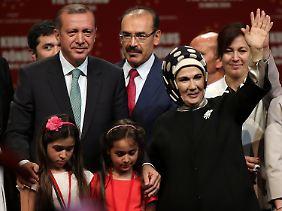 Auch Erdogans immer betont konservativ gewandete Ehefrau Emine war in Köln dabei.