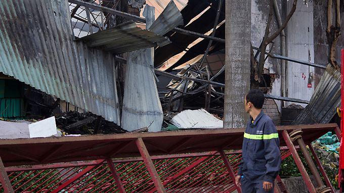 In der Stadt Di An betrachtet ein Mann die Reste einer taiwanesischen Fahrradfabrik.