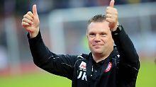 Der Kölner Trainer Uwe Koschinat bedankt sich bei den Fans für die Unterstützung seiner Fortuna.