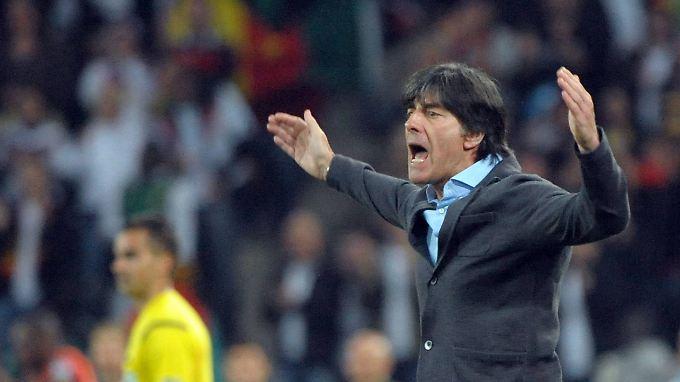 Nicht zufrieden, aber auch nicht unzufrieden zeigte sich Joachim Löw nach dem Spiel gegen Kamerun.