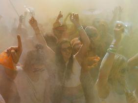 Nicht jedes Holi-Festival ist bunt. Spaß scheint es trotzdem zu machen.