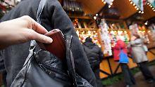 Tatort Weihnachtsmarkt: Taschendiebe lauern im Gedränge