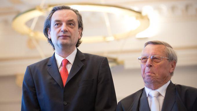 Ex-Vorstandschef Dirk Jens Nonnenmacher (l) und sein Anwalt Heinz Wagner stehen vor dem Landgericht Hamburg.