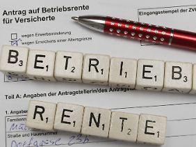 Beschäftigte bei ihrem Chef nach einer betrieblichen Altersversorgung fragen. In vielen Fällen lohnen sich solche Verträge.