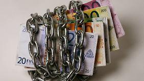 Wer länger auf sein Geld verzichten kann, sichert sich mit einem Festgeldkonto Zinsen über 1,5 Prozent.