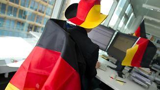 Schwarz-Rot-Gold im Büro: Bevor Arbeitnehmer ihren Arbeitsplatz schmücken, sollten sie das mit dem Chef abklären.