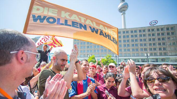 Pep Guardiola (l.) demonstriert auf dem Alexanderplatz in Berlin.