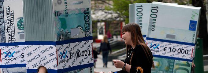 Mehr Geld als man tragen kann: Eine Werbeaktion in Moskau konfrontiert Passanten mit Devisen aus aller Welt.