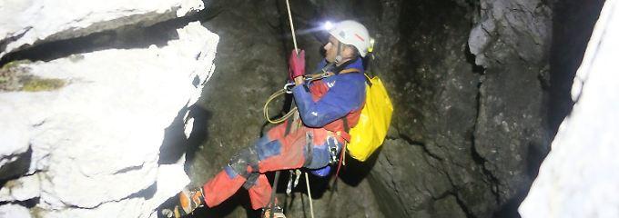 Höhlenforscher im Berg gefangen: Helfer setzen Rettungsaktion fort