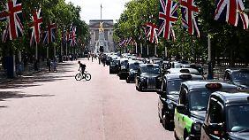 Auch in London wehren sich Taxi-Fahrer gegen die Konkurrenz privater Fahrdienste.