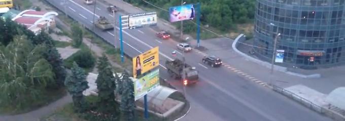 Fälschung oder real? Dieses Youtube-Video soll eine russische Kolonne in der ukrainischen Stadt Makejewka zeigen.