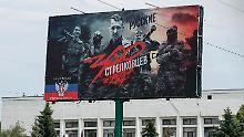 """Ein Plakat in der Stadt Kostjantyniwka in der """"Volksrepublik Donezk"""" zeigt """"Oberst Igor Strelkow"""" als Anführer der """"300"""" - eine Anspielung auf die antike Schlacht bei den Thermopylen, in der 300 Spartaner eine Übermacht aufgehalten haben sollen, um den Abzug der Griechen zu sichern."""