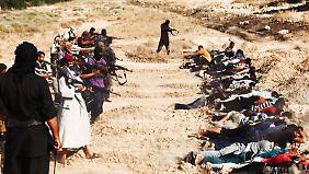 Bilder, die die Islamisten verbreiten, sollen eine Massenexekution in einer der eroberten Städte zeigen.