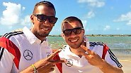 Jérôme Boateng drei Tage später mit Lukas Podolski am Strand - die Brille, die er noch im Flugzeug trägt, hat er gegen eine dunkle Sonnenbrille eingetauscht.