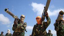 """Auch zur somalischen Miliz Al Shabaab sagt man Al Kaida Verbindungen nach. Zudem gibt es mit """"Al Kaida im Maghreb"""" im Nordwesten Afrikas und mit """"Al Kaida auf der Arabischen Halbinsel"""" in Saudi-Arabien und dem Jemen größere Ableger."""