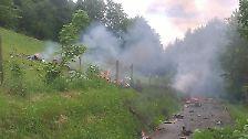 Der Learjet stürzt nahe der Ortschaft Waldstück bei Olsberg-Elpe in ein Waldstück und geht in Flammen auf.