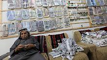 """Yaser Hirbawi in seiner Kufija-Fabrik """"Hirbawi kufiyeh"""" in Hebron im Westjordanland."""