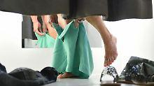 Horror! Im unerbittlichen Licht der Umkleidekabine zeigen sich Cellulite und Falten ganz deutlich. Foto: Felix Kästle