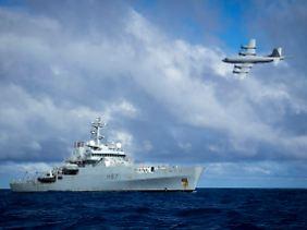 Mehrere Länder sind nach wie vor an der Suche beteiligt. Hier befinden sich ein australisches Flugzeug und ein britisches Schiff im ursprünglich angenommenen Absturzgebiet.