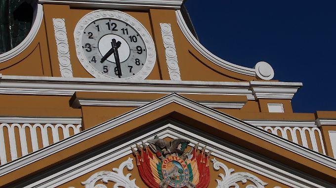 """Nach 12 folgt...11: Die Uhr am Parlamentspalast in La Paz dreht sich künftig im eigenen """"Uhrzeigersinn""""."""
