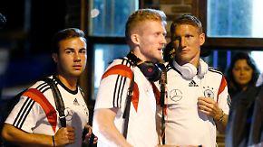 Podolski fällt im Achtelfinale aus: DFB-Elf trifft in Porto Alegre ein