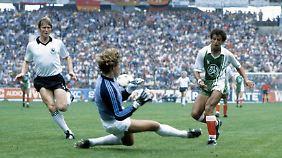 Er war der Torschütze des 2:1- Siegtreffers gegen Deutschland 1982: Lakhdar Belloumi (r.), hier im Duell mit Torwart Harald Schumacher.