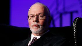 Paul Singer von Elliott Management hat alte Schuldverschreibungen billig aufgekauft und fordert das Geld zurück.