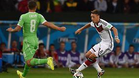 Im Spiel Deutschland Algerien spielt Puma gegen Adidas auf - und unterliegt. Beide Hersteller lassen in Asien produzieren.