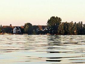 Die Badeinsel: Dank der geschützten Lage ist das Wasser im Untersee etwas flacher - so fängt die Badesaison auf der Reichenau früher an und hört später auf.