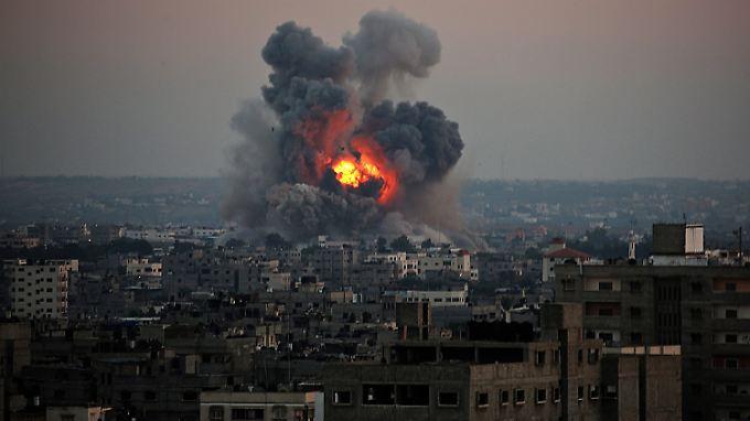 Rauch und Feuer sind nach einem israelischen Luftschlag in Gaza Stadt zu sehen.