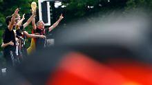 """Großkreutz, rück den Döner raus"": Weltmeister feiern ausgelassen mit Fans"
