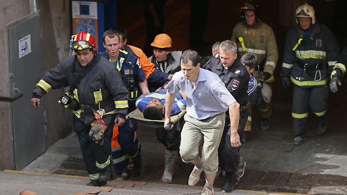Die Bergung der Verletzten und Toten zieht sich schon über Stunden hin.