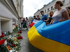 Vor der niederländischen Botschaft in Moskau legen Trauernde Blumen nieder