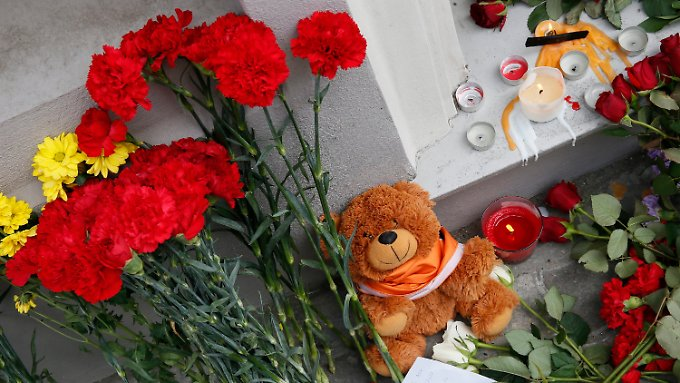 Vor der niederländischen Botschaft in Moskau gedenken Menschen mit Blumen und Kerzen der Opfer des Flugzeugabsturzes.