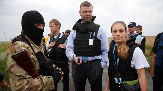 Am Nachmittag trafen Experten der OSZE an der Absturzstelle ein. Sie hätten sich allerdings nicht uneingeschränkt bewegen können, heißt es.