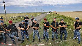 Kämpfer der Separatisten beherrschen die Szenerie rund um den Absturzort.