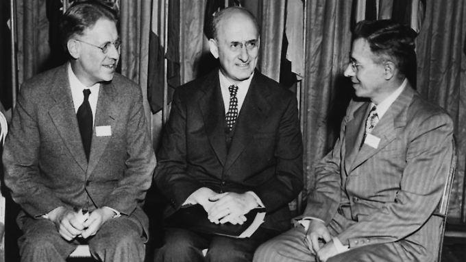 Aus Kriegstrümmern in den Wohlstand: US-Finanzminister Henry Morgenthau Jr. (M) mit Kanadas Finanzminister J. L. Lesley (l.) und dem sowjetischen Delegierten M. S. Stepanow.