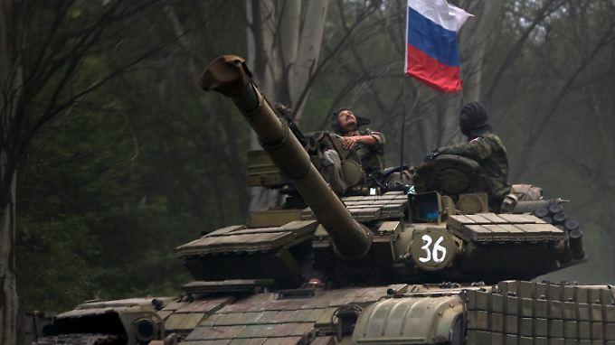 Prorussische Rebellen mit einem Panzer aus ukrainischen Armeebeständen in der Nähe von Donezk.