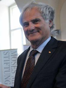Julius H. Schoeps kam 1942 in Schweden zur Welt. Seit 1948 lebt der Historiker in Deutschland. Er ist Direktor des Moses Mendelssohn Zentrums für europäisch jüdische Studien an der Uni Potsdam und Vorsitzender der Moses Mendelssohn Stiftung.