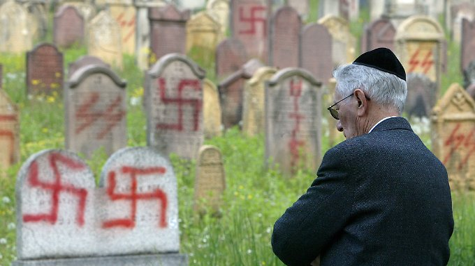 Antijüdische Vorfälle wie auf diesem Friedhof im Elsass mehren sich in Frankreich.