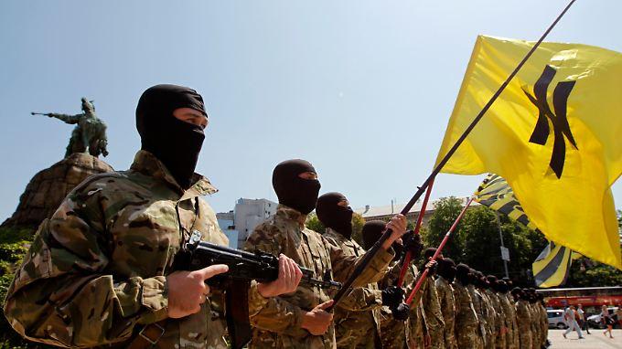 Die von der rechten Partei Swoboda bekannte Wolfsangel schmückt die Flagge des Asow-Bataillons.