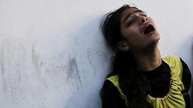 Ein Mädchen trauert um Angehörige, die bei dem Angriff auf die UN-Schule getötet wurden.