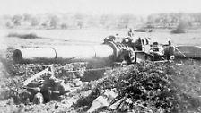 ... oder, wie diese französische Kanone, auf Schienen durch das Kriegsgebiet manövriert.