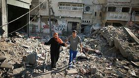 Auch diese Frau nutzt die Feuerpause, um ihr Haus in Gaza Stadt zu sehen - es ist völlig zerstört.