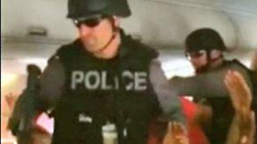 Dramatische Szenen in Toronto: Swat-Team stürmt mit Maschinengewehren Flugzeug