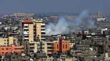 Nach einem israelischen Luftschlag steigt Rauch über Gaza Stadt auf.